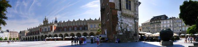 Stad Hall Tower och torkduk Hall i marknadsfyrkanten i Krakow Polen Arkivfoto