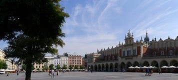 Stad Hall Tower och torkduk Hall i marknadsfyrkanten i Krakow Polen Royaltyfri Fotografi
