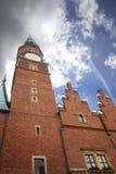 Stad Hall Wroclaw met een klokketoren stock afbeeldingen