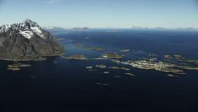 Stad Henningsvaer de Noord- van Noorwegen stock footage