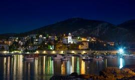 Stad Hvar på natten arkivbilder