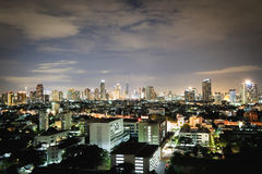 Stad i den ljusa natten Fotografering för Bildbyråer
