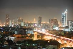 Stad i den ljusa natten Arkivbilder