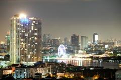 Stad i den ljusa natten Royaltyfri Foto