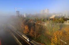 Stad i en dimmig morgon Royaltyfri Bild