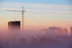 Stad i morgondimman arkivbild