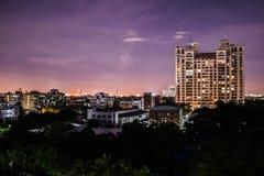 Stad i natt fotografering för bildbyråer