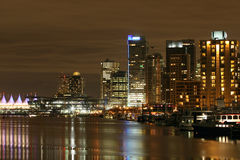 Stad i natten Arkivbilder