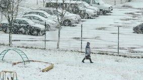 Stad i snöstormen arkivfilmer