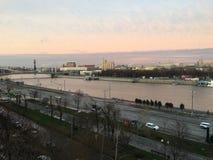 Stad i solnedgång arkivbild