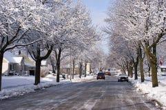Stad i vinter, hus, utgångspunkter, grannskapSnow Arkivbilder