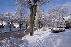 Stad i vinter, hus, utgångspunkter, grannskapSnow Arkivfoto
