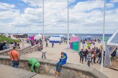 Stad Jurmala, lettisk republik Folk som g?r p? sandstranden och t?lt Loppfoto 2019 25 kunna royaltyfri bild