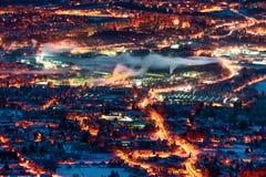Stad Liberec för soluppgång Snöig landskap med mörkt ljus Hory Jizerske, Bohemia, Tjeckien Insnöad stad royaltyfri fotografi