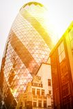 stad london solen på solnedgången reflekteras på exponeringsglaset av skyskrapan Royaltyfri Fotografi