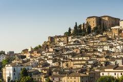 Stad Loreto Aprutino och slott Chiola i Abruzzo Arkivfoto