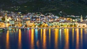 Stad Makarska in Kroatië bij nacht Stock Foto's