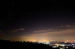 Stad met lichten en sterrig Stock Foto's