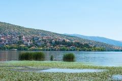 Stad met oranje daken door het meer royalty-vrije stock foto