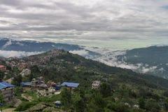 Stad met wolken wordt bedekt die stock fotografie