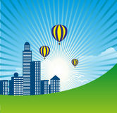 Stad met Zonnestraal en Luchtballonsachtergrond Stock Afbeeldingen