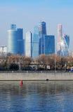 stad moscow för affärsmitt sikt för invallningmoscow flod Arkivbilder