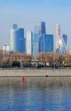 stad moscow för affärsmitt sikt för invallningmoscow flod Arkivbild