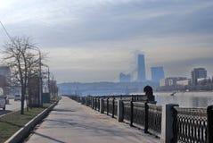 stad moscow för affärsmitt sikt för invallningmoscow flod Royaltyfri Foto