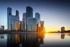 stad moscow russia Internationell affärsmitt för Moskva på soluppgång Royaltyfri Fotografi