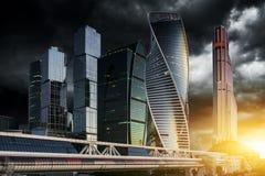 stad moscow russia Internationell affärsmitt för Moskva på soluppgång Arkivbild