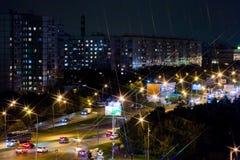 stad moscow Stadsljus på natten i ett bostadsområde Hus, gator och bilar Royaltyfria Bilder