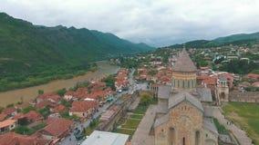 Stad Mtskheta i Georgia, floder Aragvi och Kura lager videofilmer