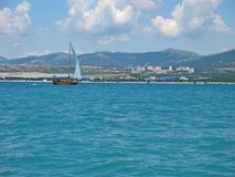 stad nära att segla som seglar Arkivfoton