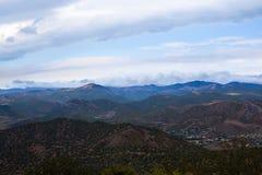 Stad nära bergen under en härlig himmel Arkivfoto