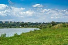 stad nära floden royaltyfri bild