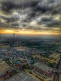 Stad nedanför massiva moln arkivbild