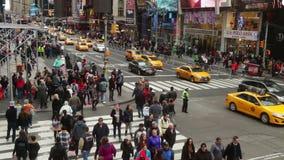 stad New York Bilar och folkmassa på genomskärningen arkivfilmer