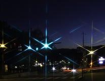 Stad Nightscape med stjärnklara ljus Arkivfoto