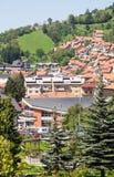 Stad Nova Varos på backen i det västra Serbienet Arkivbilder