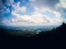 Stad och himmel Arkivbild