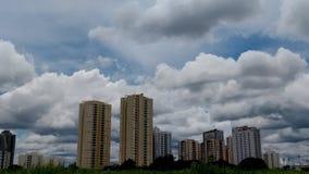Stad och himmel royaltyfria bilder