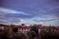 Stad och moln Fotografering för Bildbyråer