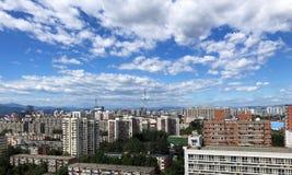 Stad onder de blauwe hemel royalty-vrije stock afbeelding