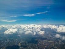 Stad onder hoge blauwe hemel stock foto's