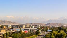 Stad op achtergrond van de bergen van Tien Shan Stock Afbeeldingen
