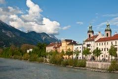 Stad op de achtergrond van bergen en wolken Royalty-vrije Stock Afbeeldingen