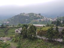 Stad op de bovenkant van heuvels royalty-vrije stock afbeeldingen