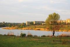 Stad op de rivieroever Royalty-vrije Stock Foto