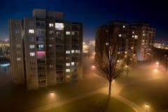 Stad op een mistige nacht stock foto's