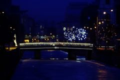 Stad op Kerstmis en van het Nieuwjaar vooravond stock foto